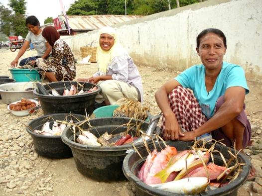 vendeuses-de-poissons-labuan-bajo-flores